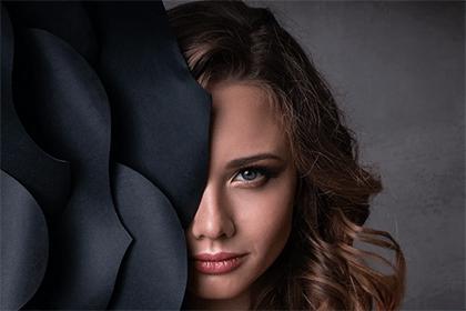 女生右鼻子有痣好吗?靠近人中得痣好吗?